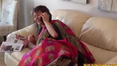 55 साल की बूढी औरत ने साड़ी पेटीकोट उठाकर जवान लड़के से चूत चुदवा ली